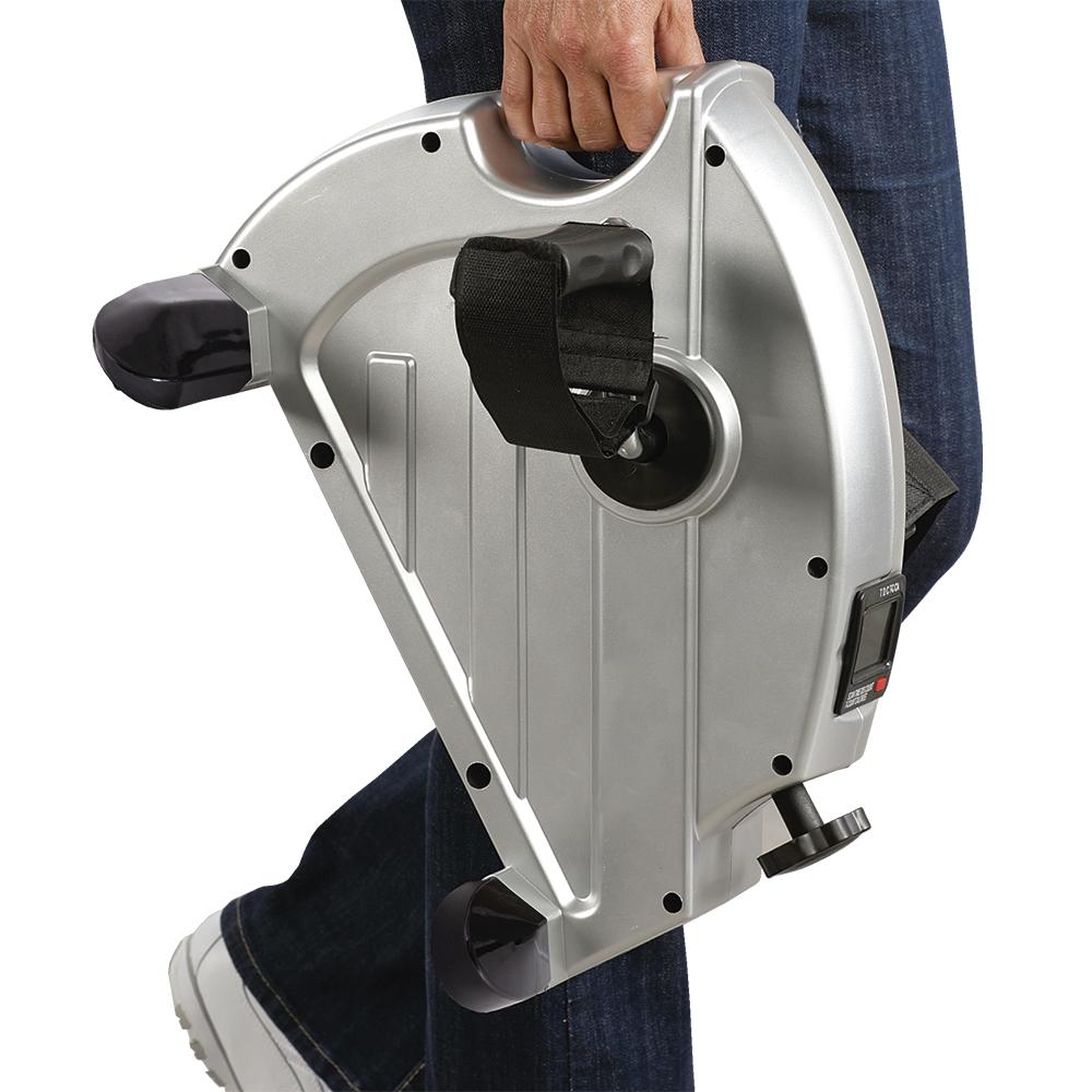 Dank seiner kompakten Maße und seinem praktischen Tragegriff können Sie diesen Heimtrainer bequem transportieren.