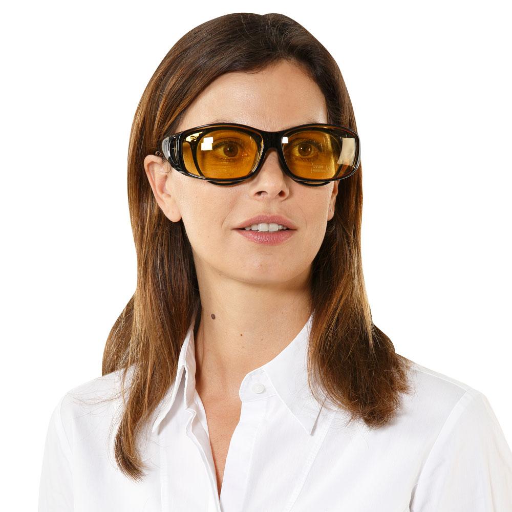 Ziehen Sie sich die Überbrille problemlos über Ihre Brille.