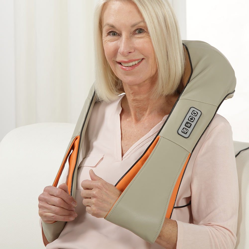 Einfach um den Hals legen und eine wohltuende Nacken-Massage genießen.