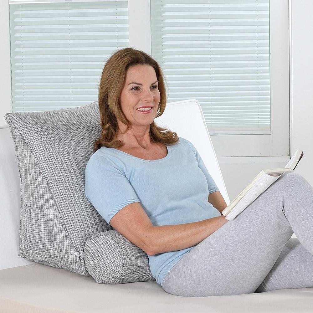 Im Bett beschert Ihnen das Rückenkissen mit seiner verstellbaren Nackenrolle bequeme Unterstützung, z.B. beim Lesen.