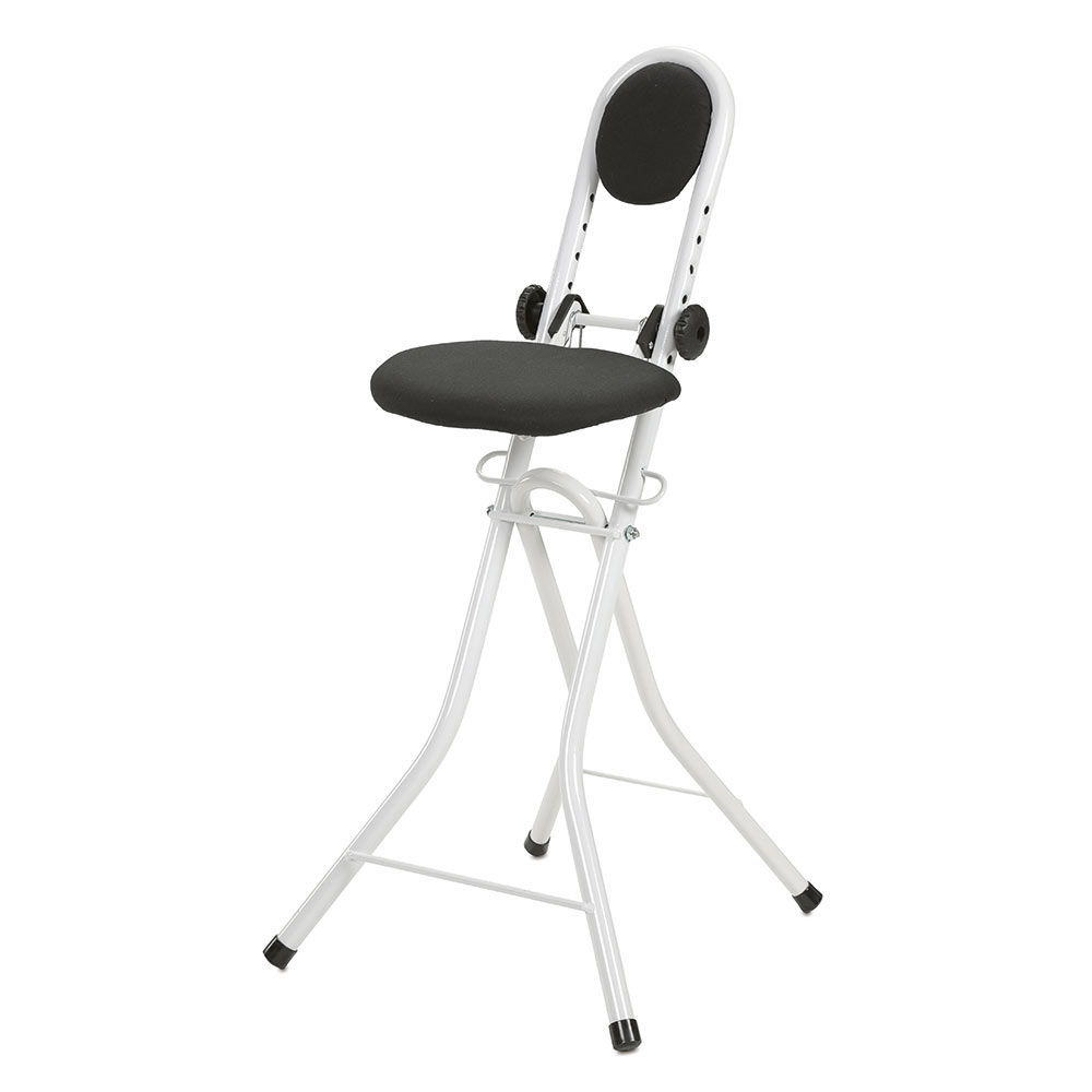Mit Rückenlehne, gepolstertem Sitz und Feststellvorrichtung.