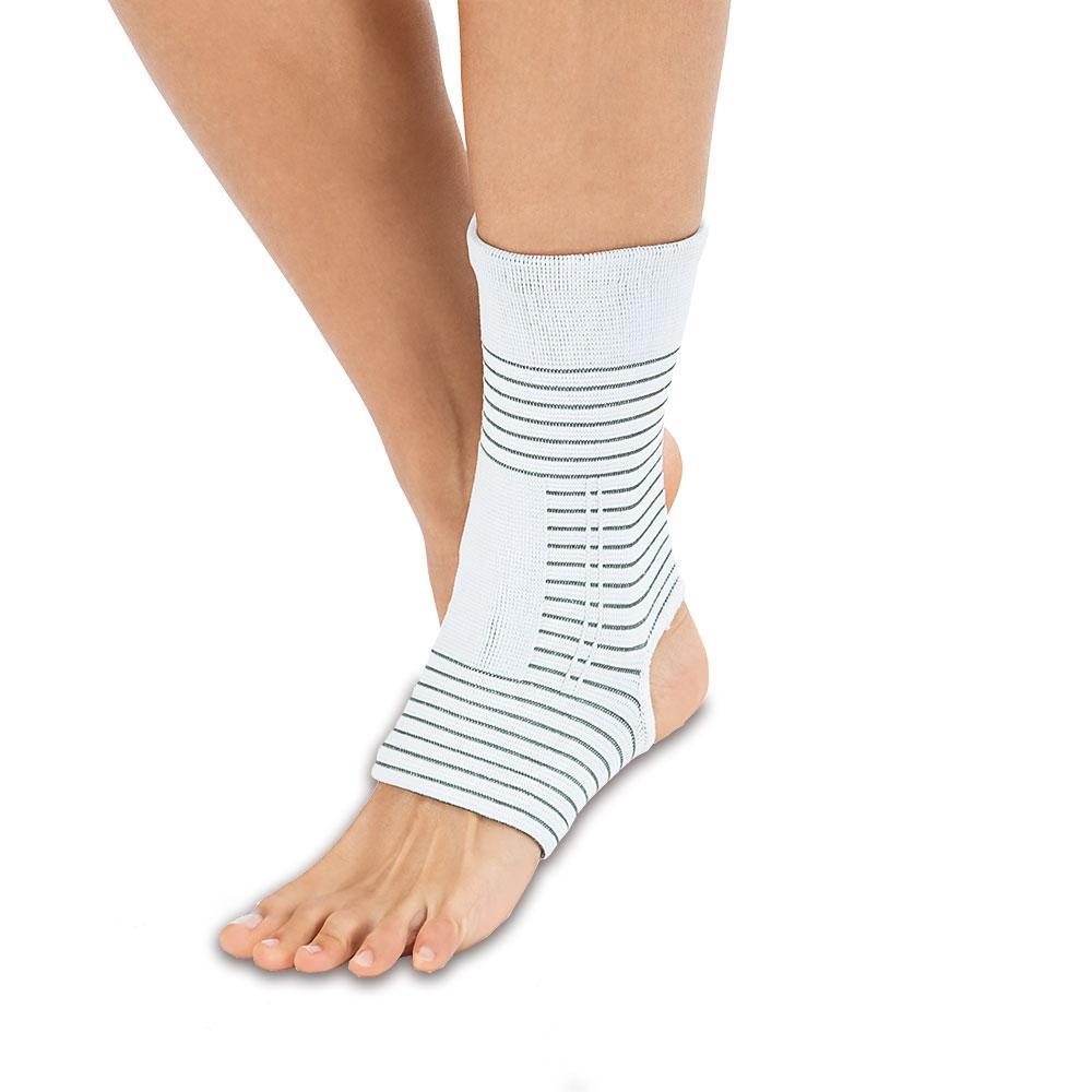 Die VITALmaxx Knöchelbandage mit Kupferfasern ist dank ihrer sanften Kompression die ideale Sprunggelenkbandage und auch für geschwollene Knöchel ideal.