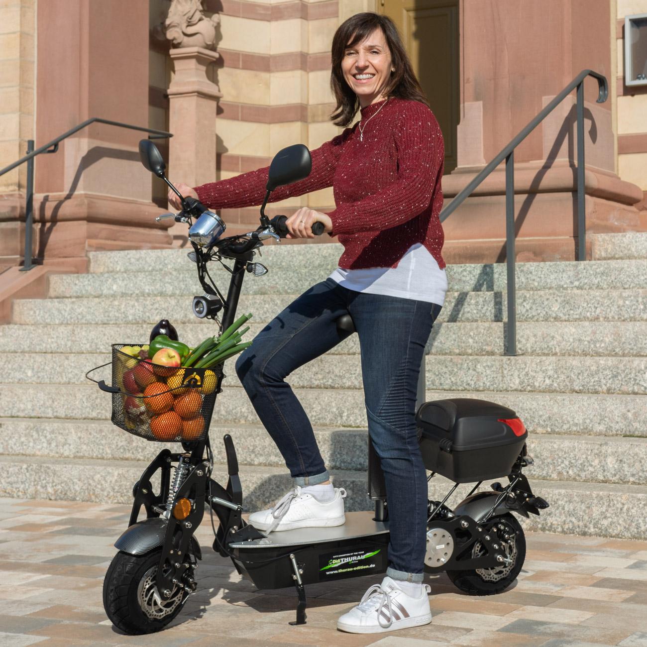 Der Elektro-Scooter bietet genügend Stauraum für den täglichen Einkauf.