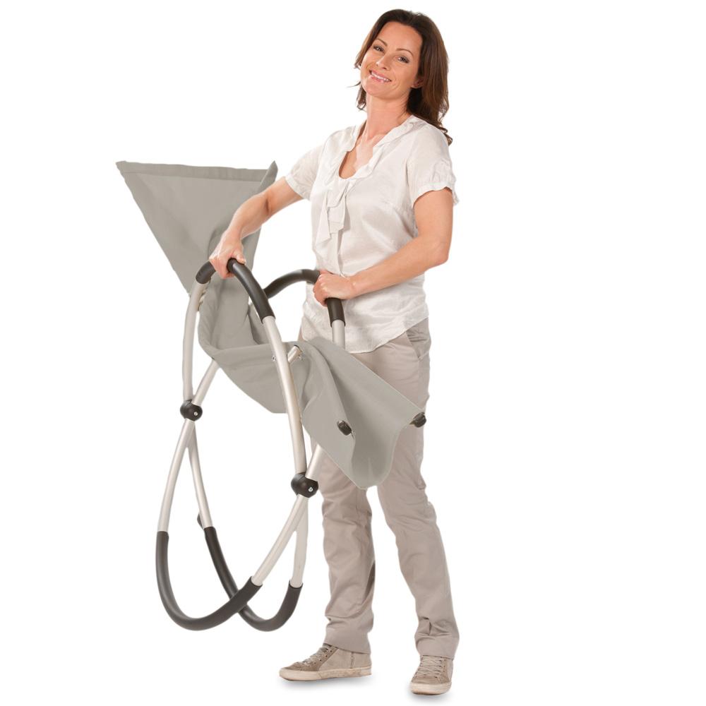 Mit einem Handgriff ist die Liege zusammengeklappt und platzsparend leicht zu verstauen. Das geringe Gewicht von nur 6 kg macht den Transport besonders einfach.
