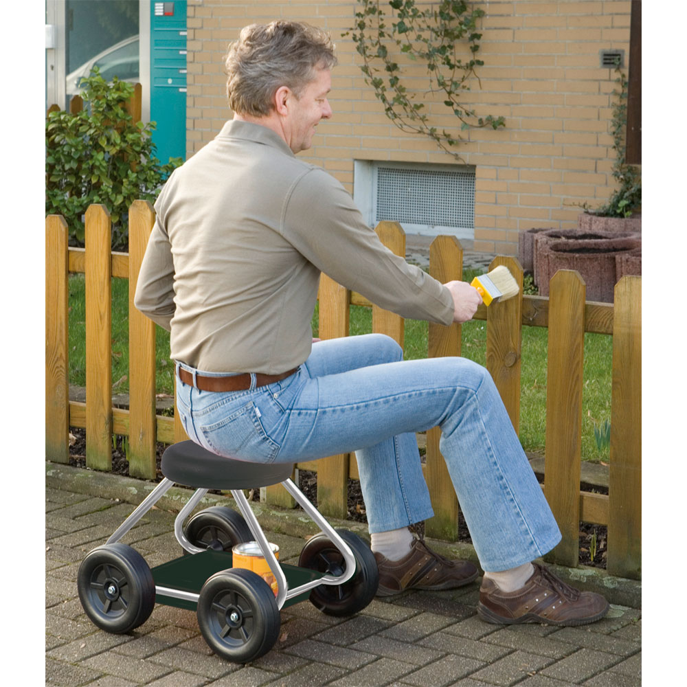 Ob Unkrautjäten, Fugenreinigen oder Gartenzaunstreichen – gelenkschonend im Sitzen geht die Arbeit leichter von der Hand!